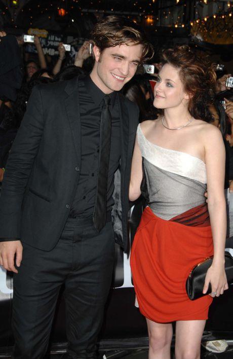 Robert Pattinson and Kristen Stewart walk the red carpet at the world premiere of Summit Entertainment's 'Twilight'