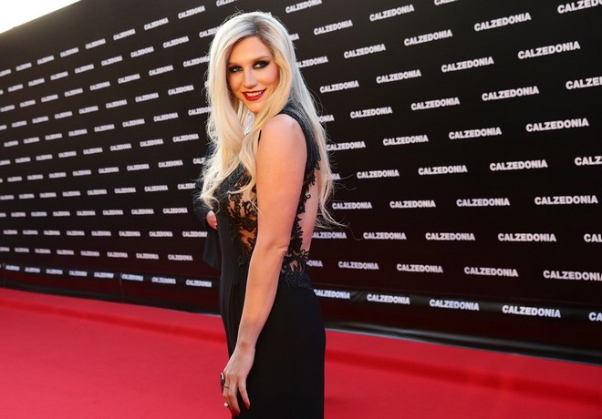 Ke_ha_-_Calzedonia_Summer_Show_Forever_Together_in_Italy_16-04-2013_0062