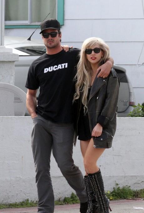 Lady-Gaga-Taylor-Kinney-PDA-lady-gaga-27985698-817-1222