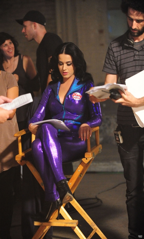 Katy_Perry_-_Katy_And_The_Popcats_-_Behind_The_Scenes_001