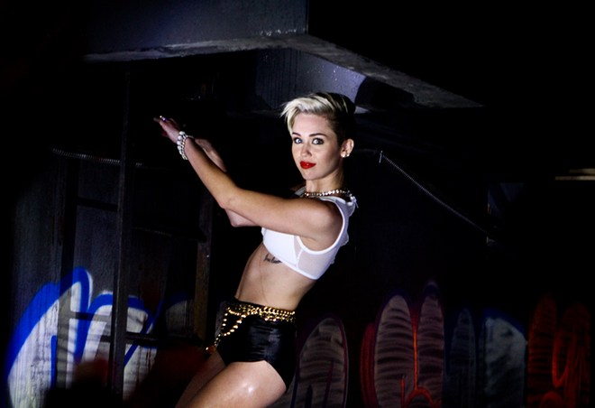 Miley_Cyrus_-_Behind_The_Scenes_of_Her_2013_MTV_VMA_Promo_Shoot_001