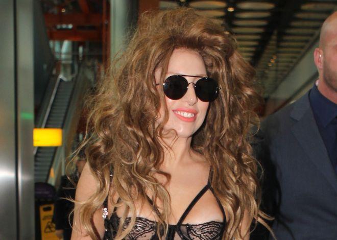 LADY GAGA zeigt sich bei ihrer Ankunft am Flughafen in London sehr freizügig