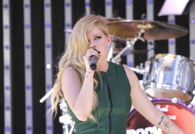 Avril Lavigne Gets A Birthday Cake On EXTRA
