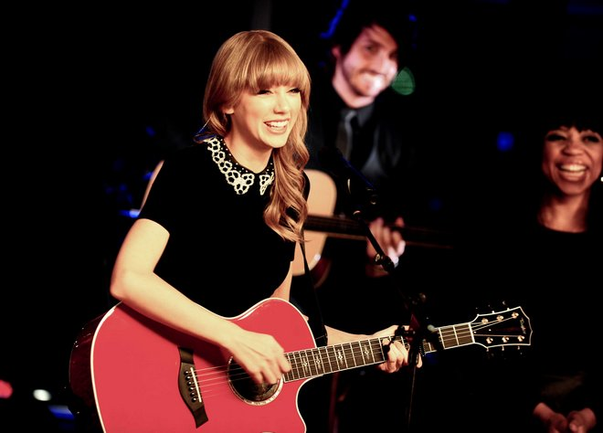 Exclusive - PARIS : Taylor Swift performs for NRJ private concert .